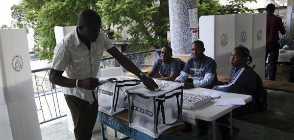 Desde antes del inicio del proceso ya había cola de electores fuera de los centros de votación.