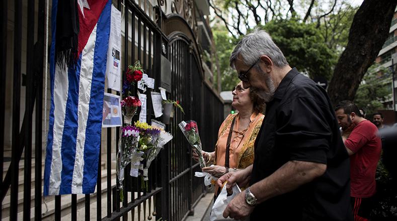 En la embajada de Cuba en Chile dejaron flores, notas y banderas.