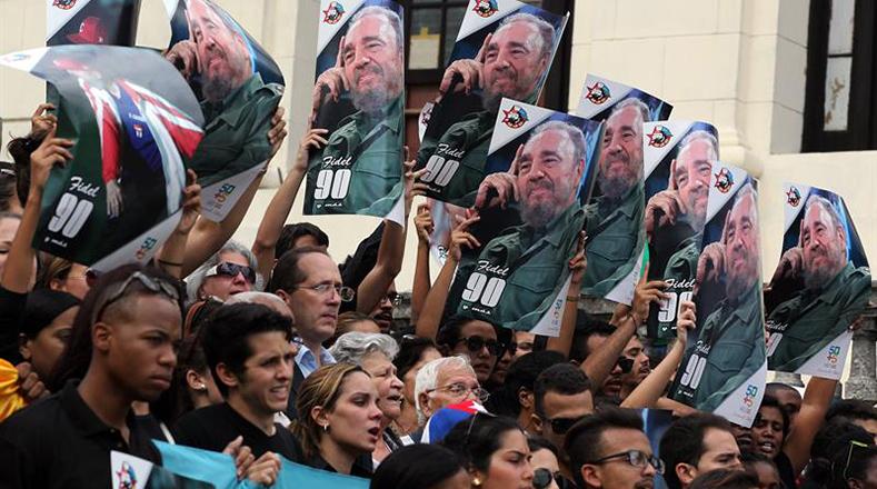 Jóvenes cubanos lloran la partida de Fidel Castro.