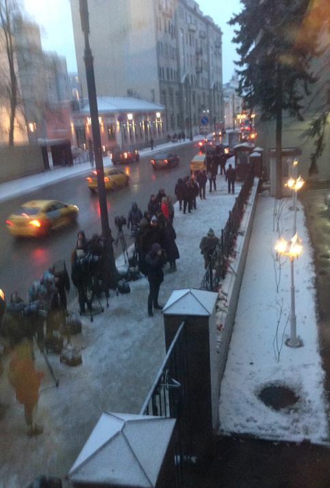 Ciudadanos rusos desafiaron las duras condiciones climáticas para rendir homenaje al comandante Fidel.