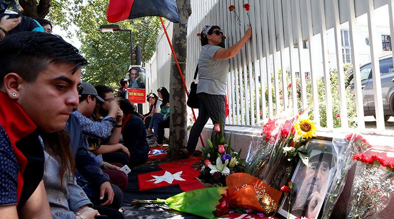 Rostros de tristeza y sentidos homenajes por la partida física de Fidel.