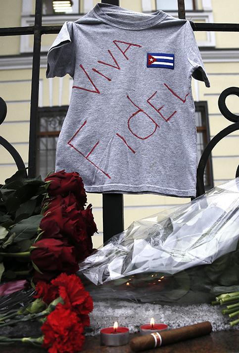 Desde la embajada de Cuba en Rusia también rindieron homenaje al líder de la Revolución Cubana.