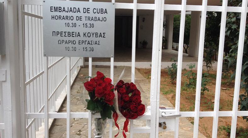 Algunas personas dejaron flores en la embajada de Cuba en Atenas (Grecia).