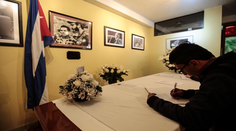 En la embajada cubana en Ecuador abrieron un libro de condolencias para dedicarlo a Fidel Castro luego de su partida física