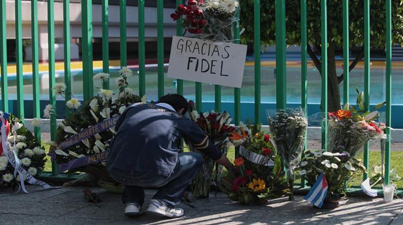 Arreglos florales en la sede de la embajada de Cuba en México como reconocimiento al valor y legado de Fidel Castro.