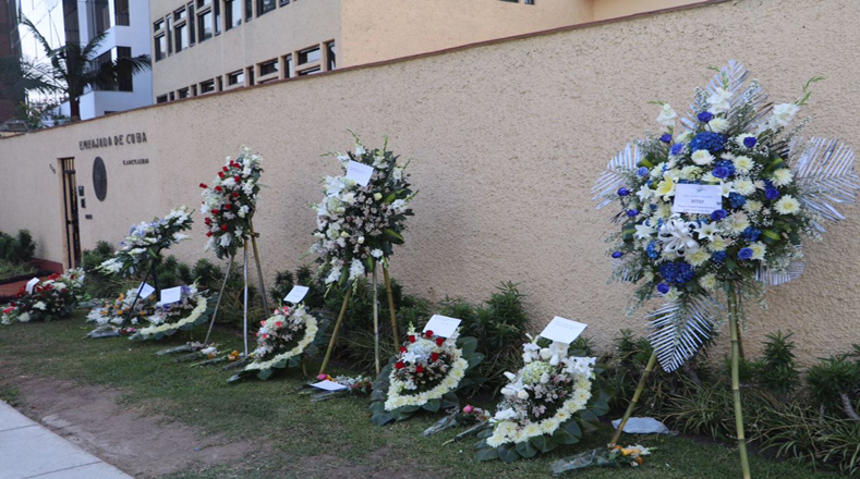 Flores para Fidel en la embajada de Cuba en Lima, Perú.