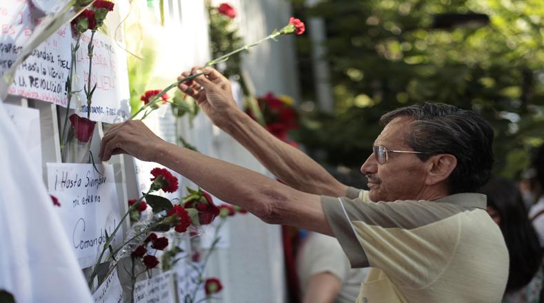 La fachada de la sede diplomática permanece llena de flores y escritos con mensajes de amor y admiración hacia el revolucionario.