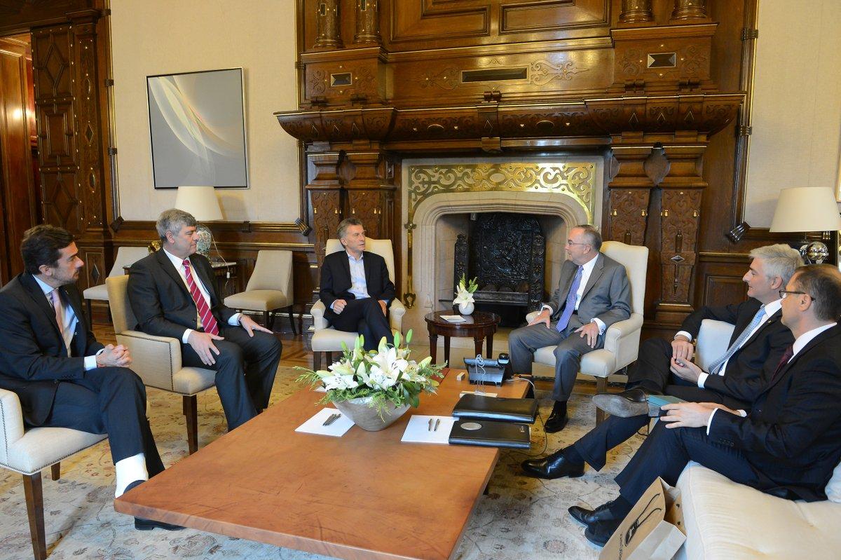 Luego de algunos cambios de sillas y mesas,  Macri desocupó  los cuadros del despacho presidencial