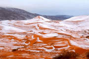 Images show a thin layer of white snow resting on the dunes, such phenomena was last seen in Ain Sefra in 1979.
