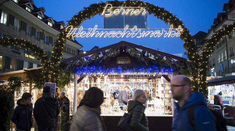 Mercado navideño en Berna, Suiza, alumbrado por las luces correspondientes a la época este viernes 23.
