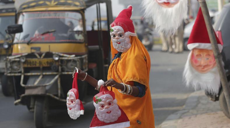 Un vendedor callejero ofrece gorros de Papá Noel en un cruce de calles en Amritsar, La India. A pesar de que los cristianos representan el 2 por ciento de la población india, la Navidad es celebrada en todo el país.