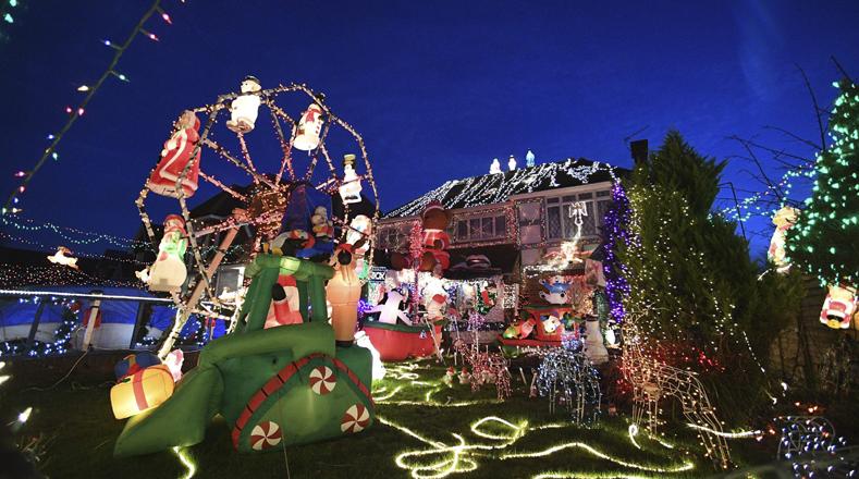 Decoración navideña en el patio de una residencia en el sur de Londres, capital del Reino Unido.