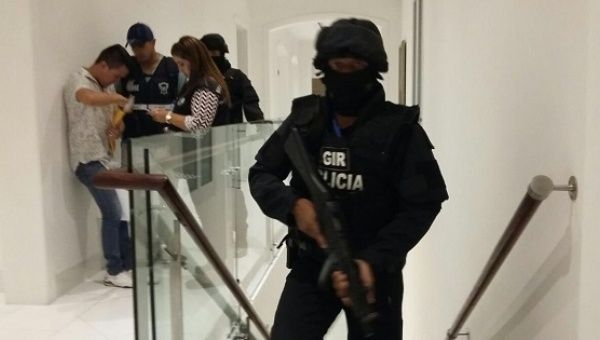 Attorneys and policemen searched eight houses of those accused of corruption inside the state-run oil company Petroecuador.