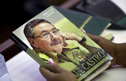 Libro Raúl Castro, un hombre en Revolución, escrito por el historiador ruso Nikolái Sergueievich Leónov.