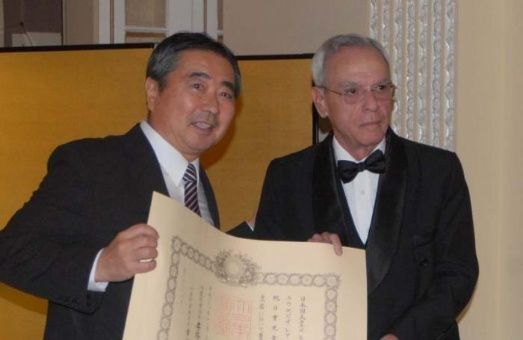 Eusebio Leal recibió la distinción de manos de Masaru Watanabe, embajador de Japón en La Habana.