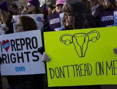 Activistas se reúnen en defensa de los derechos al aborto