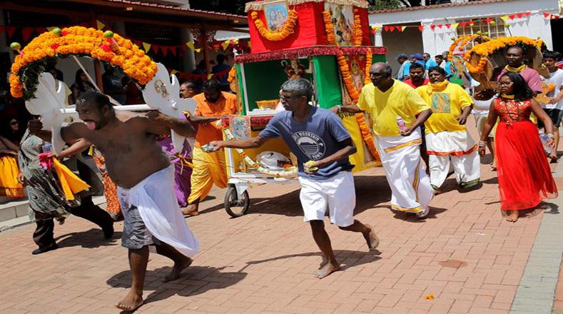 Miles de devotos en Sudáfrica convergen en el templo de Tamil Shree Siva Subramaniar, en la ciudad de Johannesburg, Sudáfrica, una vez al año para asistir a la ceremonia de ofrenda a Murugan, el dios hindú de la guerra.