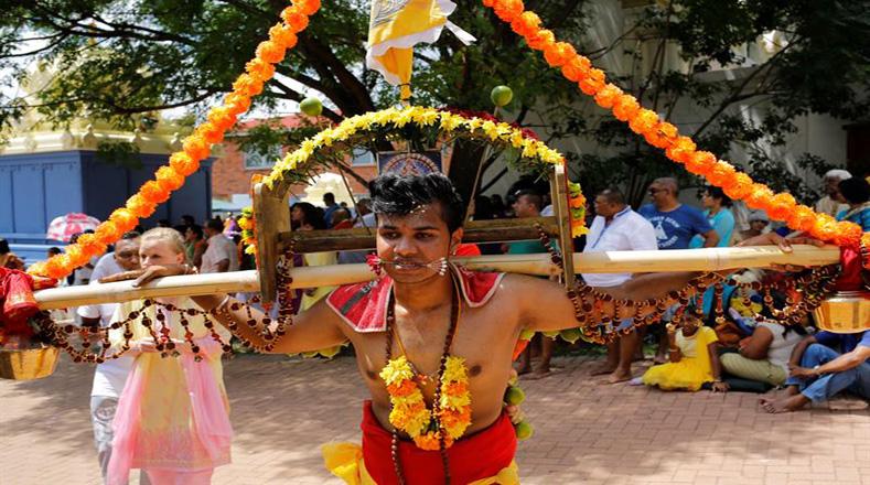 Los devotos llevan kavadis, o cargas físicas, y participan en una larga procesión, a menudo comenzada antes del amanecer, para honrar al dios hindú Murugan y pedir favores o perdón.