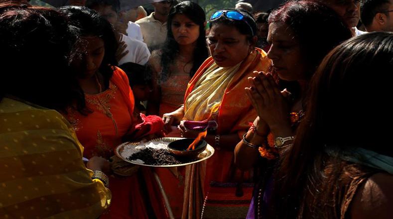 Los participantes queman inciensos y ofrendas a sus dioses antes de la ceremonia de Kavadi en el Templo Tamil Shree Siva Subramaniar.