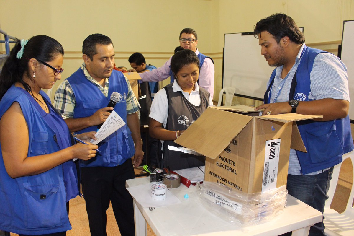 Ecuador espera resultados de elecciones; Lenín Moreno lidera conteo de votos