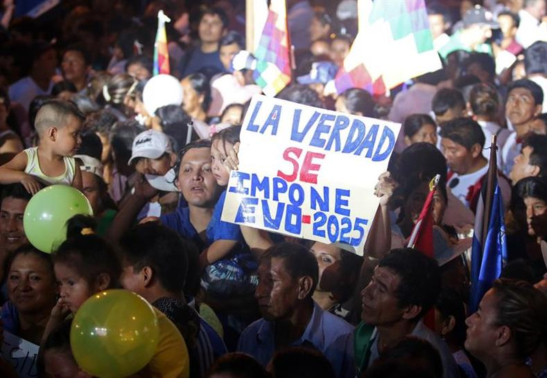 "Protesters gathered in Santa Clara to support Evo Morales. One sign reads, ""Truth will prevail. Evo 2025."""