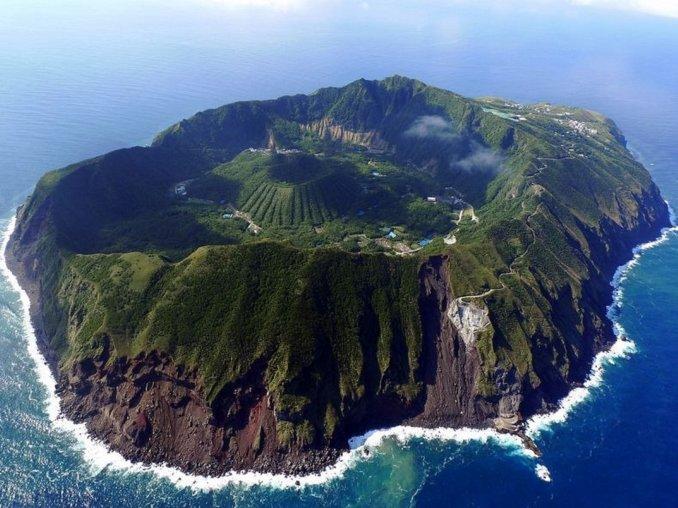 La isla donde viven 170 personas dentro del cráter de un volcán
