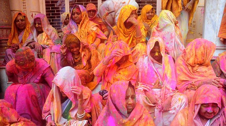 """Decenas de kilos de """"gulal"""", como llaman a los polvos de colores, se lanzan en el patio del templo."""