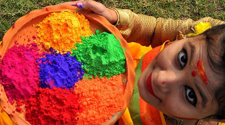 El festival del color se celebra oficialmente la primera luna llena de marzo y sus orígenes se remontan a diferentes leyendas mitológicas hindúes.