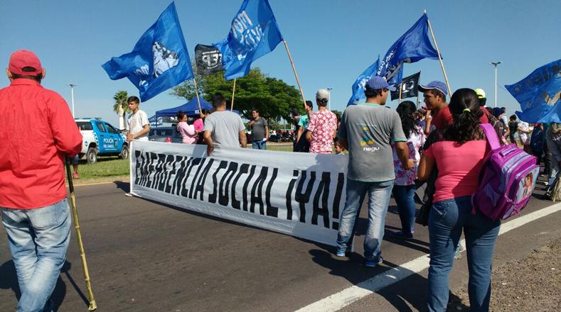 Las protestas de los argentinos rechazan los despidos injustificados en aumento desde la llegada al poder de Mauricio Macri y exigen la aplicación de la Ley de Emergencia Social, además rechazan el aumento de la pobreza, la desocupación y las medidas de tarifazos y ajustes económicos.