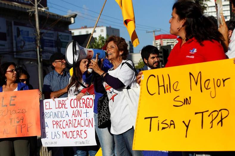 Protesters argued that Chile is better off without the TPP and similar free trade deals.