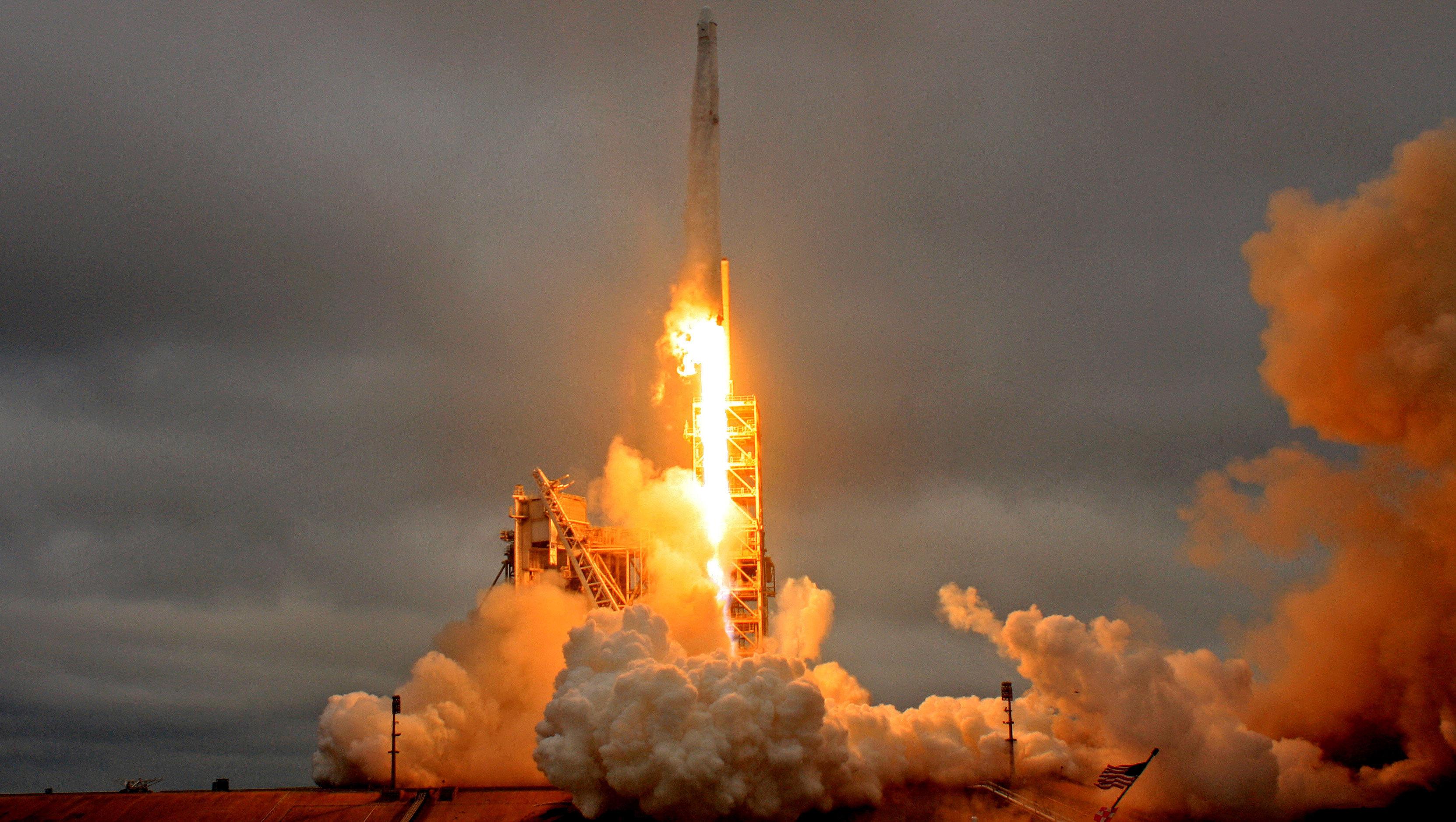 SpaceX lanza con éxito satélite de comunicaciones