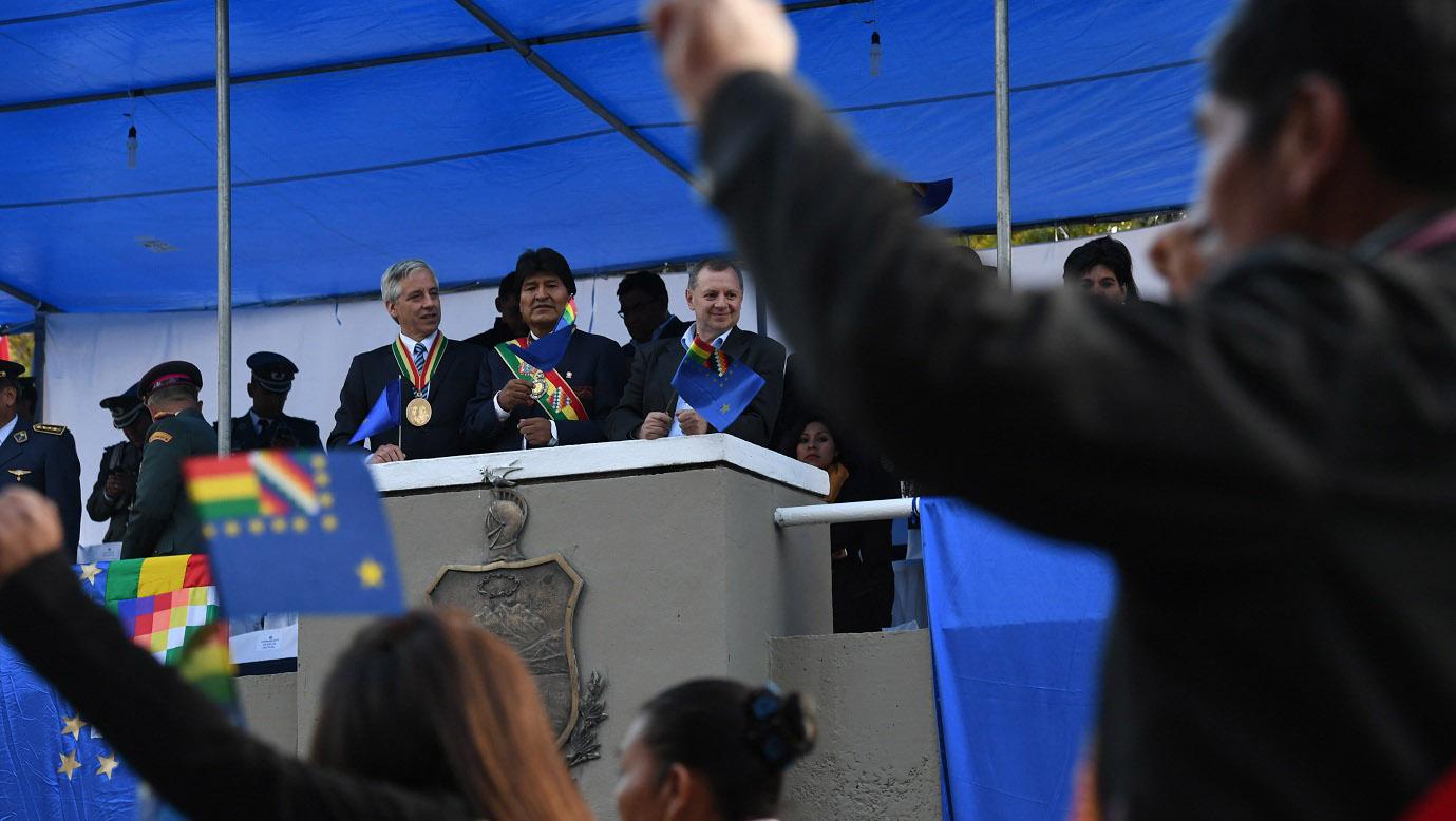 El presidente Morales (c) inició homenajes al Día del Mar este miércoles con el traslado de los restos del prócer Eduardo Abaroa.