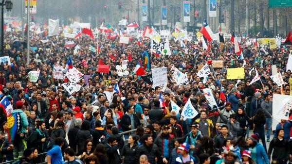 """Chilenos toman las calles para la marcha """"más grande de la historia"""" contra las AFP"""