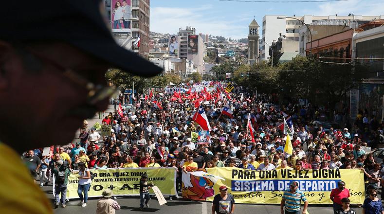 Miles de chilenos marcharon este domingo en Valparaíso en una gigantesca manifestación convocada en rechazo al sistema privado de pensiones que se mantiene como herencia de la dictadura de Augusto Pinochet.
