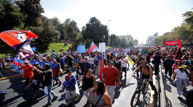 En Santiago, miles de familias marcharon por la céntrica avenida Alameda para exigir el fin de las llamadas Administradoras de Fondos de Pensiones (AFP).