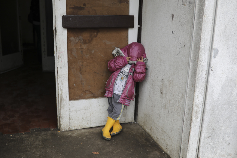 A child outside the refugee center where both Otra al-Khadra and Aras Mahmoud live in Belgrade.