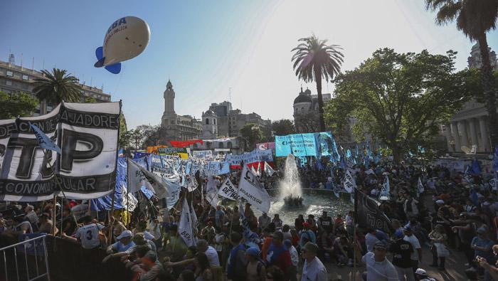 Centrales obreras se adueñan de las calles argentinas para protestar contra las políticas de Macri