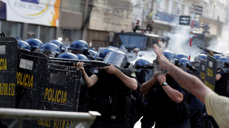 Varias fotos demuestran el uso desmedido de la fuerza policial.