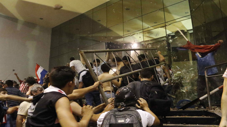 Frente al edificio del Congreso hubo fuertes choques entre las partes.