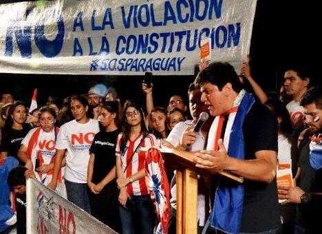 Paraguayanos rechazan la violación de la Constitución.