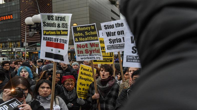 Manifestantes se movilizaron este viernes en Nueva York, Estados Unidos, contra el reciente ataque en Siria.