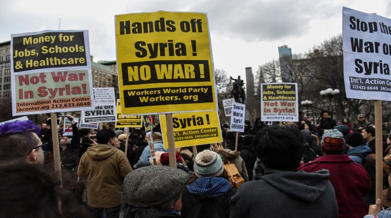 """""""Detengan la guerra en Siria"""" fue el mensaje de los manifestantes durante la protesta en Nueva York tras el bombardeo de EE.UU."""