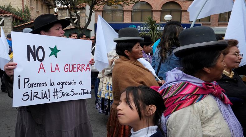 Manifestantes también protestaron el ataque militar de Estados Unidos contra Siria frente a la embajada estadounidense en La Paz, Bolivia.