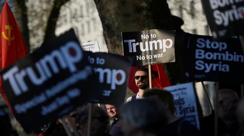 Los manifestantes protestaron a las afueras de Downing Street, en Londres, Reino Unido, contra los ataques estadounidenses a la base área siria de Shayrat.