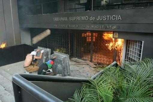 Sede de la Dirección Ejecutiva de la Magistratura es atacada por vándalos. Quemaron mobiliario, quebraron vidrios y reja de entrada