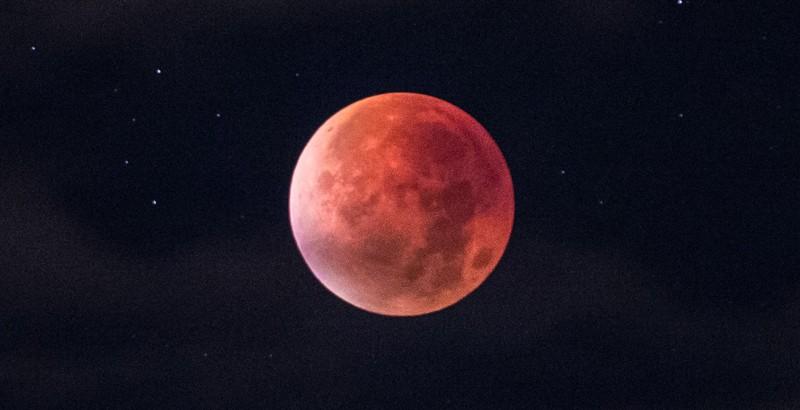 ¿Sabes el origen de la Luna rosada que ilumina hoy el cielo?