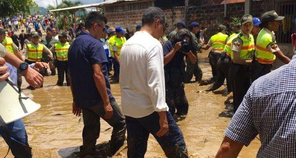 Visita Correa zonas de Ecuador dañadas por adversidad climática