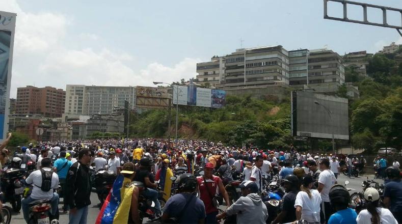 La autodenominada Mesa de la Unidad Democrática (MUD) pidió a sus manifestantes dirigirse a la Defensoría del Pueblo, ubicada en el centro de la ciudad, para pedir que se respete la Constitución, sin embargo, las manifestaciones opositoras se caracterizan por estar alejadas de los principios democráticos, pues solo generan violencia.