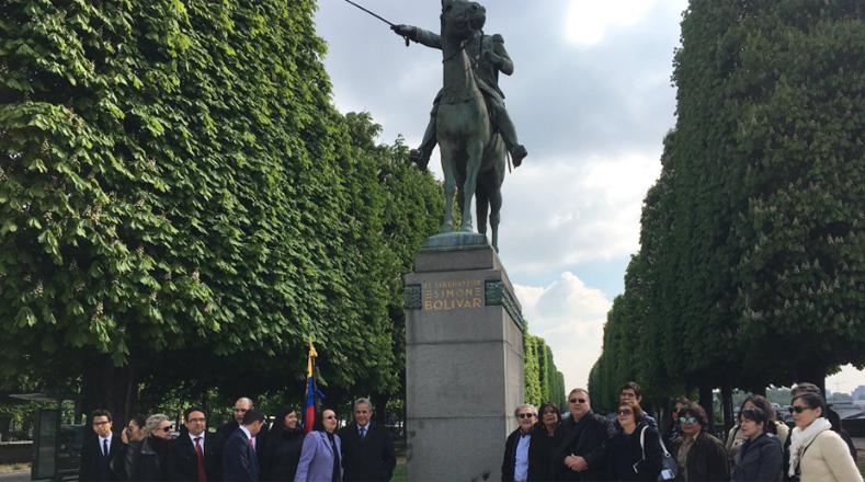 Varias personas mostraron solidaridad con el pueblo venezolano frente a la estatua de Bolívar en París, Francia.