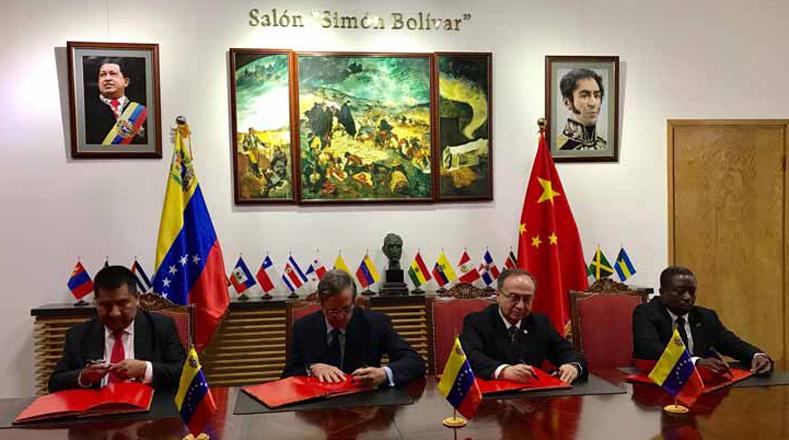 """Más de 200 personas plasmaron en libros de firma su rechazo a los ataques contra la soberanía de Venezuela en la sede diplomática de Venezuela en China. El exembajador de China en la República Bolivariana de Venezuela, Wang Zhen, expresó: """"Los problemas de los hermanos venezolanos son nuestros también""""."""